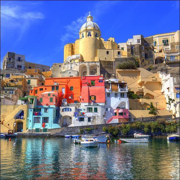 Quel est le nom des habitants de Naples, en Italie ?