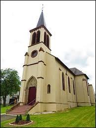Nous sommes maintenant devant l'église Saint-Martin de Hellering-lès-Fénétrange. Village de l'ancienne région Lorraine, dans le pays de Sarrebourg, il se situe dans le département ...