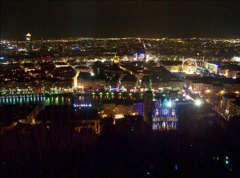 Quelle ville française est célèbre pour sa Fête des Lumières en décembre ?