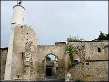 Nous sommes à présent devant l'ancienne porte fortifiée de Chas. Commune de l'aire urbaine Clermontoise, elle se situe dans le département ...
