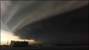 S : Supercellulaire : ceci est un orage supercellulaire ! Avec sa taille imposante (15 km maximum), l'orage supercellulaire est à l'origine des...