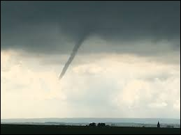 T : Tuba : les tubas sont des phénomènes assez fréquents en France.Ils se produisent lors des orages violents notamment et ils n'atteignent jamais la terre contrairement aux tornades.Comment appelle-t-on ce phénomène en anglais ?