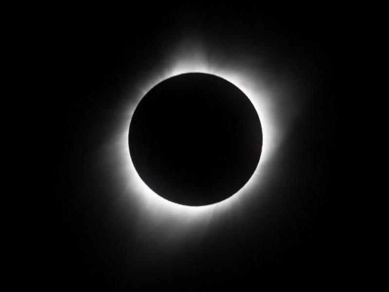"""Trouvez les mots manquants : """"2 juillet : éclipse solaire totale visible...""""."""