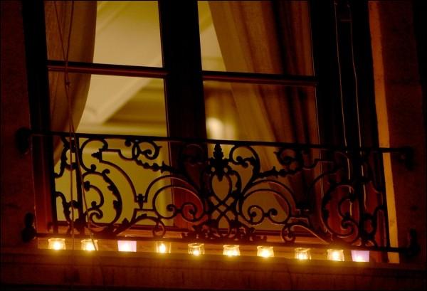 Du 24 au 31 décembre les habitants de Lyon mettent des lumignons à l'occasion la fête des lumières à Lyon.