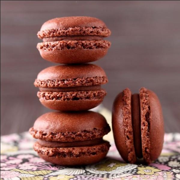 Sur cette photo, on peut voir 6 macarons au chocolat.
