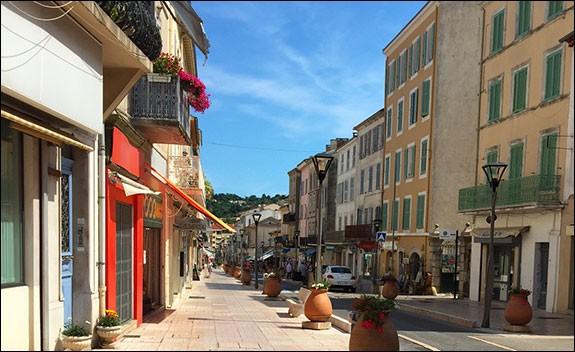 Comment s'appellent les habitants de Vallauris, dans les Alpes-Maritimes ?