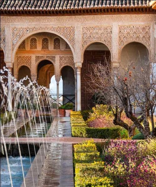 Dans quelle ville d'Espagne peut-on admirer l'Alhambra ?