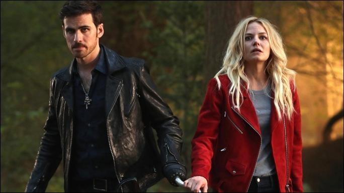 """Captain Swan. Après plusieurs relations amoureuses ayant toutes finies en échec, Emma, l'héroïne de la série """"Once Upon a Time"""", se rapproche de Killian Jones, avec qui elle aura un fils dans la septième saison."""