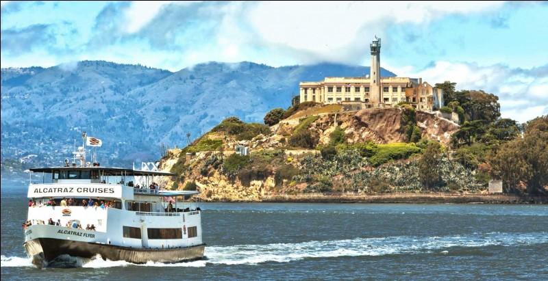 Au large de quelle grande ville californienne l'île et la prison d'Alcatraz sont-elles situées ?
