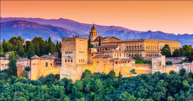 Dans quelle ville andalouse pourrez-vous admirer le palais de l'Alhambra ?