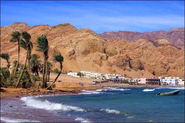 Aqaba est une station balnéaire renommée sur les rives de la mer Rouge. Dans quel pays se situe-t-elle ?