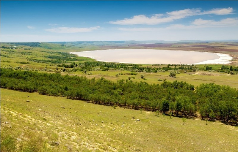Le long de quel grand fleuve russe la Ville d'Astrakhan se trouve-t-elle ?