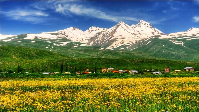 De quel pays le mont Aragats est-il le point culminant ?