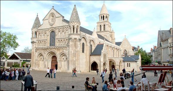 """Quelle ville, chef-lieu du département de la Vienne, est baptisée """"la ville au cent clochers"""" ou """"la ville aux cent églises"""" ?"""