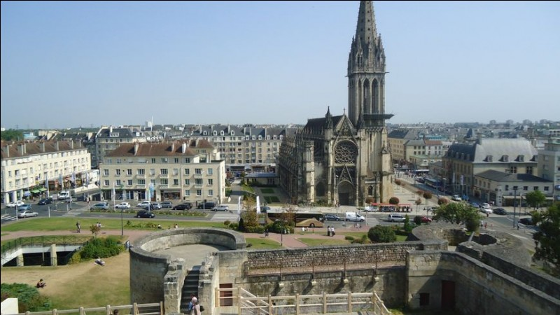 """Quelle ville de Normandie, surnommée """"la ville au cent clochers"""", a été la cité de Guillaume le Conquérant ?"""