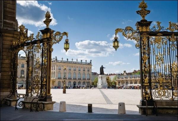 Quelle ville de Meurthe-et-Moselle est célèbre pour sa place Stanislas ?