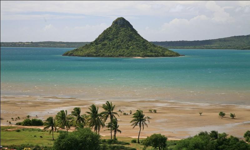 """Vous découvrirez cet îlot rocheux nommé """"Pain de sucre"""", si vous vous rendez dans la baie Andovobazaha, près des côtes :"""