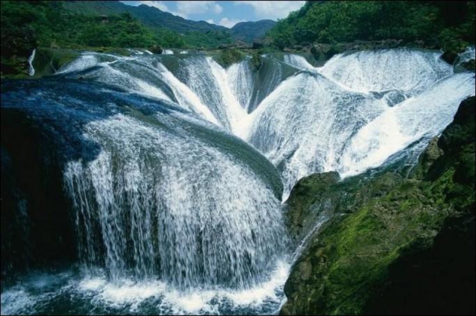 """Où se trouve l'imposante cascade """"Pearl Shoal Wattefalls"""", sur l'un des affluent du fleuve Bailona ?"""
