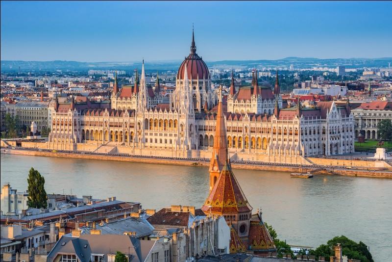 """Quelle ville est surnommée """"La Perle du Danube"""" ?"""