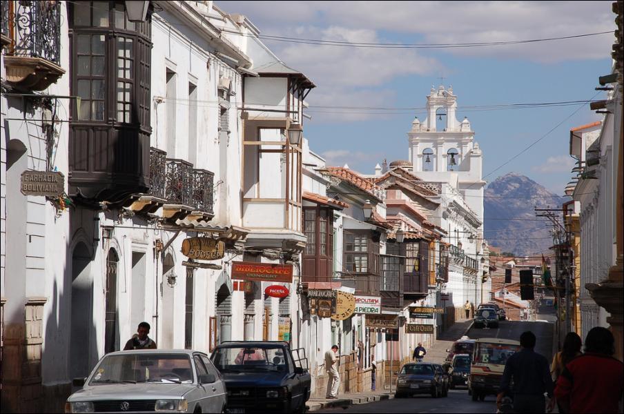 De quel pays la ville nommée Sucre est-elle la capitale constitutionnelle ?