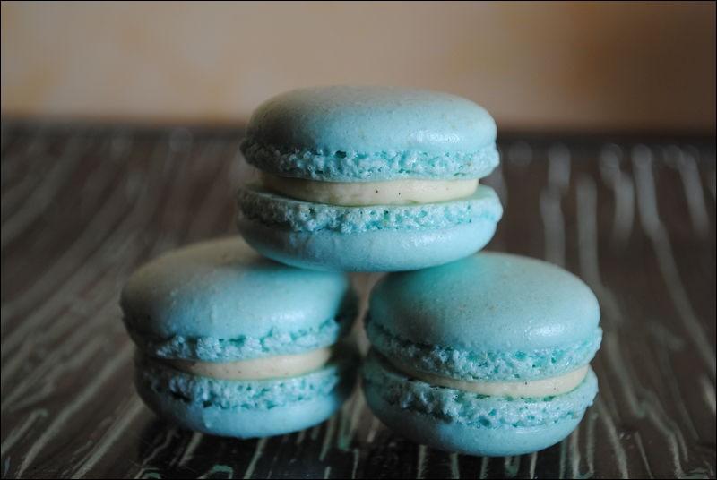 Sur cette photo, on peut voir 3 macarons bleus.