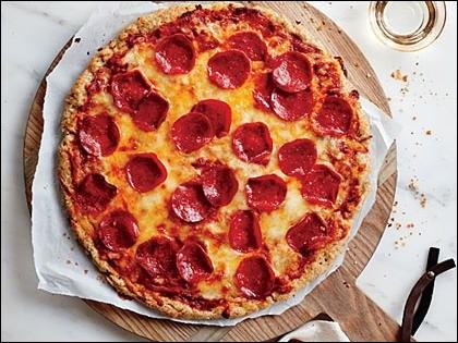 Sur cette photo, on peut-voir une pizza peperoni.