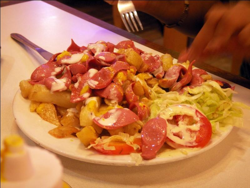 """Les frites """"salchipapas"""" se dégustent avec ketchup, mayonnaise, moutarde ou une sauce """"aji"""" aux tomates et aux oignons. Mais encore ? Et où donc ?"""