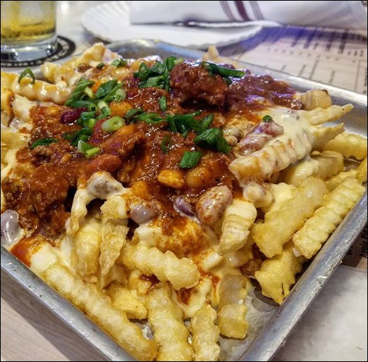 """Ces """"frites aux piments et fromage"""" nous viennent d'un pays véritablement pantagruélique quand il s'agit de frites ou de nourriture. Lequel ?"""