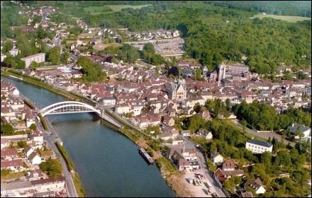 Cette ville traversée par l'Oise, dans le département du même nom, c'est ...