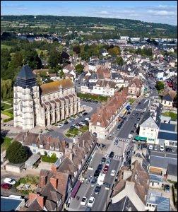 Cette petite ville normande, située au coeur du pays d'Auge et célèbre pour son fromage, c'est ...