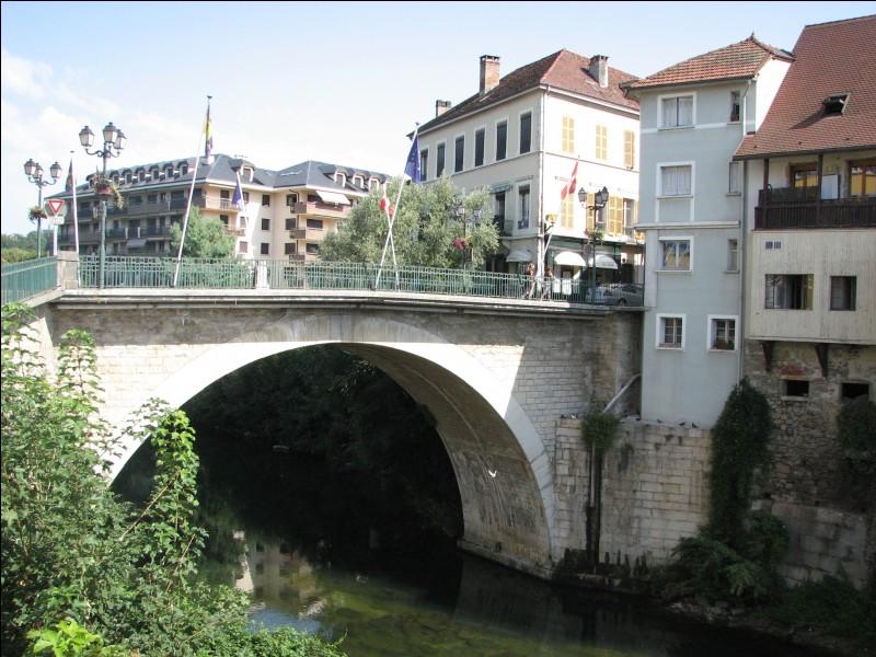 Un pont sur le Guiers, affluent du Rhône, sépare ces deux petites villes homonymes, en Isère et en Savoie. Il s'agit de ...