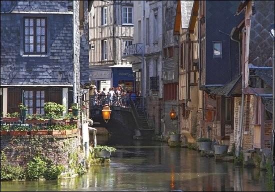 """Cette ville du département de l'Eure, appelée """"Venise normande"""" en raison des bras de la Risle qui la traverse, c'est ..."""