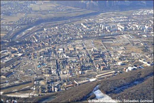 Cette ville de l'agglomération grenobloise, bordée par le Drac, pôle de l'industrie chimique, c'est ...