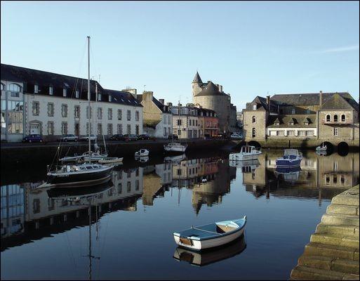 Cette ville bretonne, développée au niveau du dernier pont sur son petit fleuve côtier, capitale du pays Bigouden, dans le sud du Finistère, c'est ...