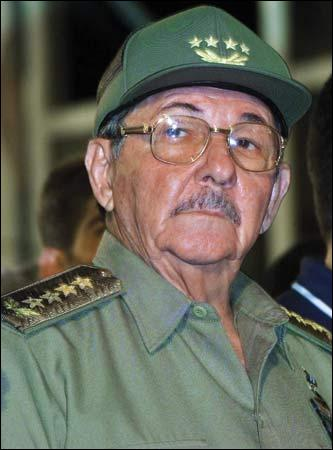 Comment s'appelle le frère de Fidel Castro qui le remplace dans ses fonctions depuis août 2006 ?