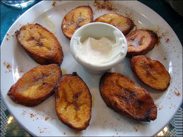 Dans la cuisine cubaine, quels aliments cuit-on pour préparer des plantanos ?