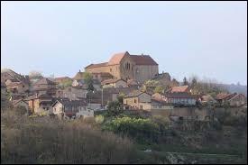 Vous avez sur cette image le bourg de Mazille et son prieuré des Moines. Village de Bourgogne-Franche-Comté, dans l'arrondissement de Mâcon, il se situe dans le département ...