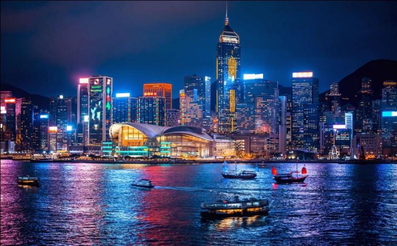 On trouve des paysages nocturnes parmi les plus époustouflants, surtout depuis le sommet d'un des 300 gratte-ciels. Vous pouvez faire, ici aussi, une relaxante croisière de nuit dans le port de Victoria. C'est sympa d'arpenter les rues et voir ces tramways à 2 étages avec des inscriptions chinoises éclairées.Quelle ville voit-on, dont la plus haute tour est le Centre financier international ?