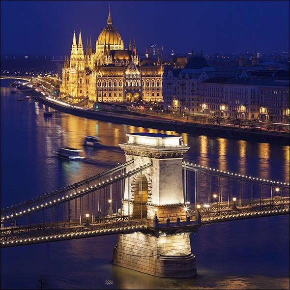 Lorsque le soleil plonge sous l'horizon et que les lumières s'allument, la ville prend un aspect magique. Profitez d'une croisière ou prenez une promenade le long du fleuve pour découvrir les attraits : admirez ici la beauté du Parlement et du château de Buda. Quelle est cette capitale qui a 1 opéra, 2 orchestres symphoniques, 25 théâtres et le plus grand festival d'Europe, le Sziget Festival ?