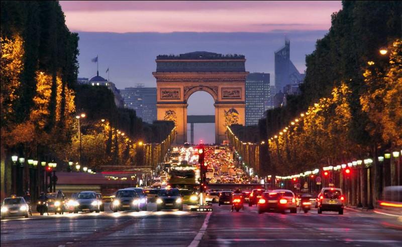 Après le coucher du soleil, la Ville Lumière brille encore : que vous soyez à la tour Eiffel ou en train de naviguer sur la Seine, vous sentirez tout de cet incomparable romantisme. Le Louvre vous y invite pour des visites nocturnes, idéales afin d'éviter les foules. Au canal Saint-Martin, des flâneurs viennent pique-niquer, prendre l'apéritif aux terrasses ou sur les bords du canal.
