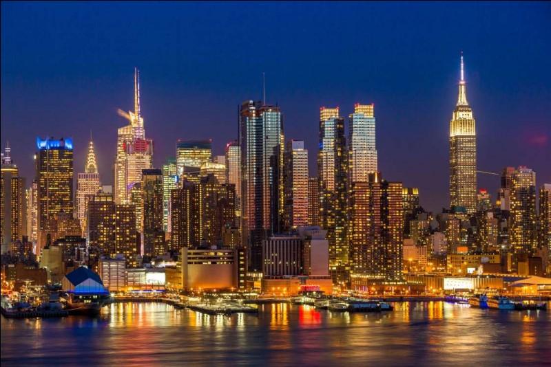 """La """"grosse pomme"""" ne dort jamais : regardez la flèche éclairée de l'édifice Chrysler. On voit aussi le sommet de l'Empire State : l'illumination change selon les jours. On ira ensuite sur la Fifth Avenue et à droite, sur Broadway, au halo de lumières, c'est Times Square, le célèbre carrefour. Quelle est cette ville, où après avoir vu Times Square, vous prenez le pont de Brooklyn et admirez ceci ?"""