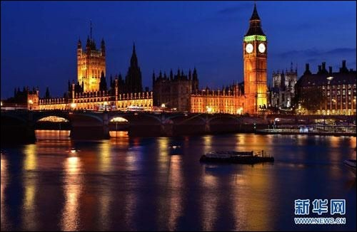 On aperçoit la silhouette des Chambres du Parlement et devant, la Tamise et ses ombres. Il y a tant à faire en soirée : profitez du Tate Modern et visitez le très fréquenté Soho, plein d'Histoire, de cultures et avec de bons pubs. Promenez-vous à Covent Garden ou à Leicester Square pour les spectacles de la rue. On n'aura pas assez d'une nuit pour s'arrêter dans cette capitale dont le nom est :