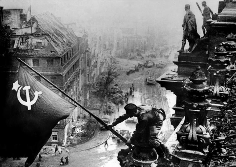 On connaît tous cette photo ! Elle représente la prise de Reichstag à Berlin le 01 mai 1945 par les troupes soviétiques. Mais, un fait a été dévoilé par son auteur, Evgueni Khaldei, soldat de l'Armée rouge et correspondant de guerre (photographe) de l'agence soviétique TASS.Qu'a-t-il révélé ?