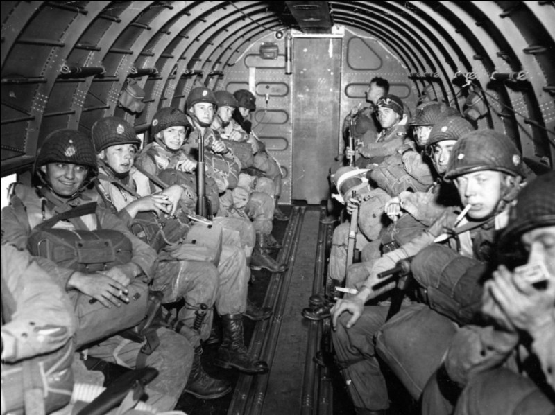 Combien de parachutistes sont déployés la veille du jour J ?