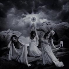 Les Grées sont de terrifiantes soeurs possédant la particularité de devoir partager, à tour de rôle, leur unique oeil. Qui sont-elles ?