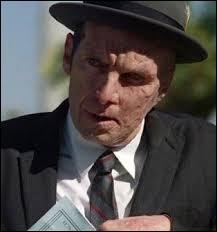 Quel acteur interprète le rôle de Larry Harvey dans la saison 1 ?