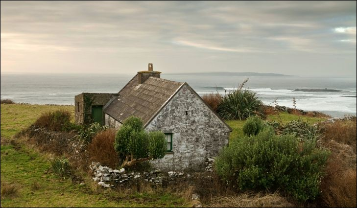 Regardez cette magnifique maison traditionnelle. Il s'agit de l'architecture la plus commune à ce pays, soit une maison en pierres, dont le modèle remonte au XVIIIe siècle. On trouvait la pierre dans un rayon moyen de 8 km.D'où, ces demeures ayant une grande cheminée/foyer, en leur centre, ainsi qu'une chambre à coucher derrière la cheminée tirant profit de la chaleur, sont-elles originaires ?