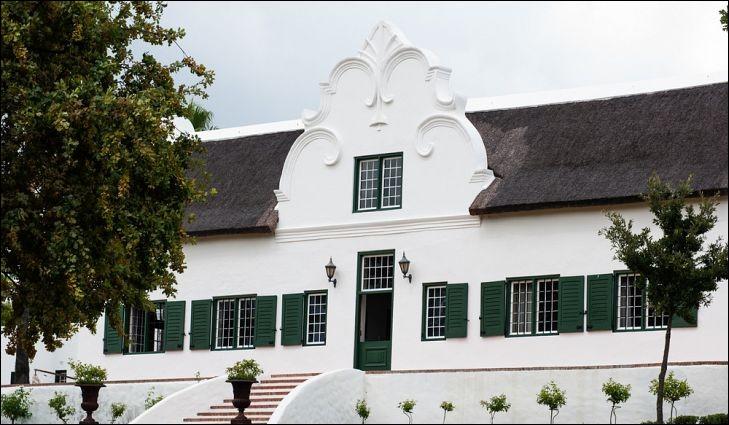 Les maisons de ce style ont été construites pour ressembler à celles des villes hollandaises d'Amsterdam. Elles se caractérisent par des pignons, arrondis, complexes sur l'entrée et sur les côtés.Situez l'emplacement de ces maisons, blanchies à la chaux et ayant, souvent, un toit de chaume.