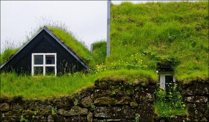 Bien des siècles avant que l'écologie ne soit devenue à la mode, ce peuple construisait des logements efficaces écologiques. ''Les maisons d'herbe (turf houses) ont une longue histoire qui couvre le monde entier : en Europe du Nord, des traces de maisons d'herbe ont été trouvées aussi loin que l'âge de fer''.Indiquez où cette photo récente a été prise.Merci d'avoir voyagé avec moi.