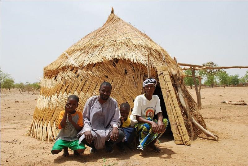 Ici, c'est une terre de désert, au nord. Les paysages sont verdoyants, au sud. Beaucoup de gens vivent à la campagne plutôt que dans les villes. Il existe une variété de huttes, mais les traditionnelles sont en boue. Cependant, dans les zones rurales, les éleveurs nomades vivent souvent dans des huttes en roseaux tressés. Nommez l'habitat des populations de ce pays enclavé d'Afrique de l'Ouest.